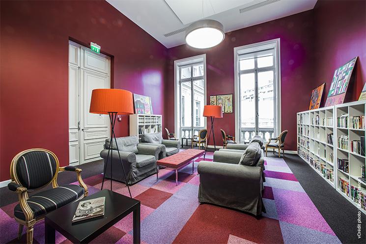 Espace détente avec fauteuils, canapés et bibliothèque dans les bureaux de Google à Paris pour une meilleure eXpérience Employé