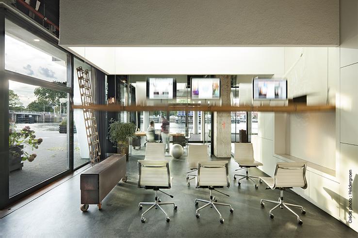 Les tables de bureau se soulèvent, le soir venu, pour laisser place à une salle de gym dans l'agence Heldergroen aux Pays-Bas.