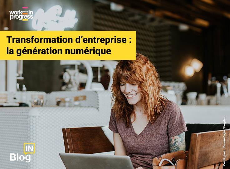 Jeune femme travaillant sur son ordinateur dans un café illustrant l'article de blog workINprogress « Transformation d'entreprise : la génération numérique »